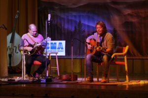 v.l. Tom Borcherding (Sunny Mountain Grass) und Rick Noorlander (Bluegrass String Quartett)